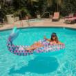 Óriási sellőuszony úszógumi
