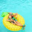 Óriási ananász úszógumi