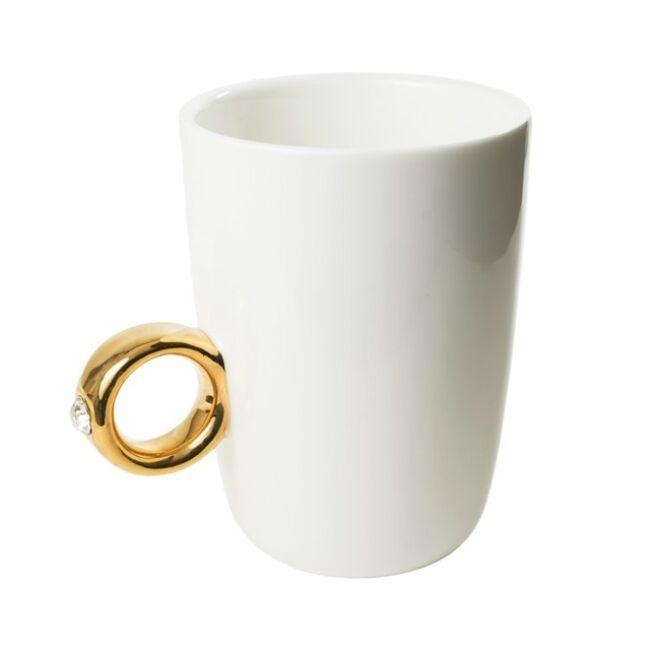 Fehér eljegyzési bögre arany gyűrűvel