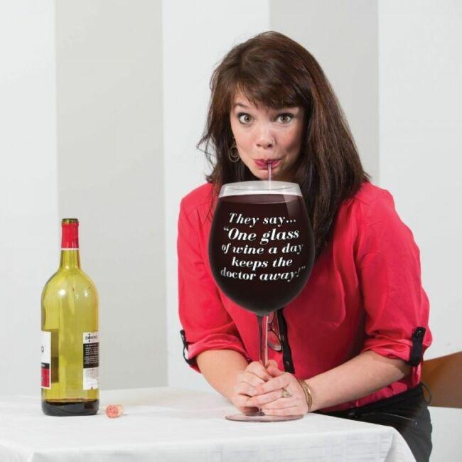 A világ legnagyobb borospohara - They say one glass of wine a day keeps the doctor awayy