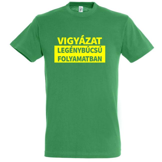 Vigyázat legénybúcsú folyamatban póló kelly green